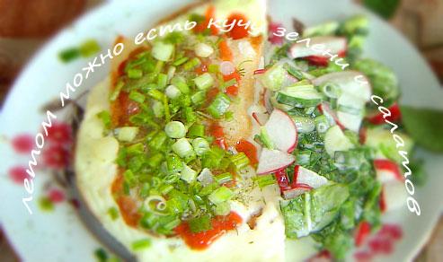 жареный хлеб с яйцом отлично дополняет овощной салат